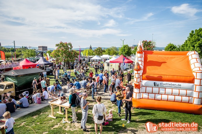 Menschenmenge auf einem Street Food Festival mit Hüpfburg