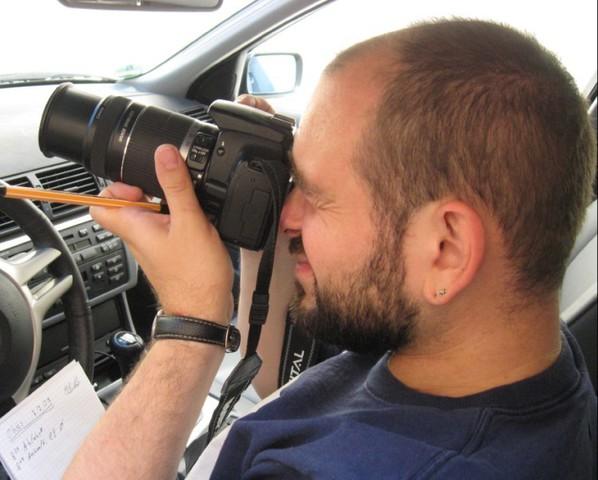 Detektiv, Alexander Schrumpf, Kamera, Fotograf, Auto, Block, Stift, Notizen, Detektei Adler