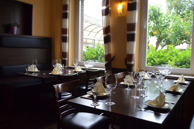 Chateau Kefraya, Restaurant, Tisch, Tischgedeck, Teller, Gläser, Wein, Essen
