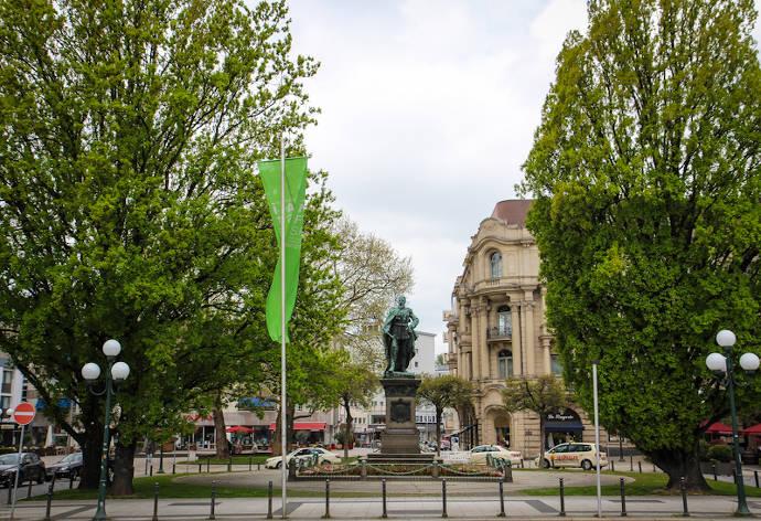 Kaiser-Friedrich-Platz, Denkmal, Wiesbaden, Statue, Kaiser Friedrich, Stadtmitte, Blumen