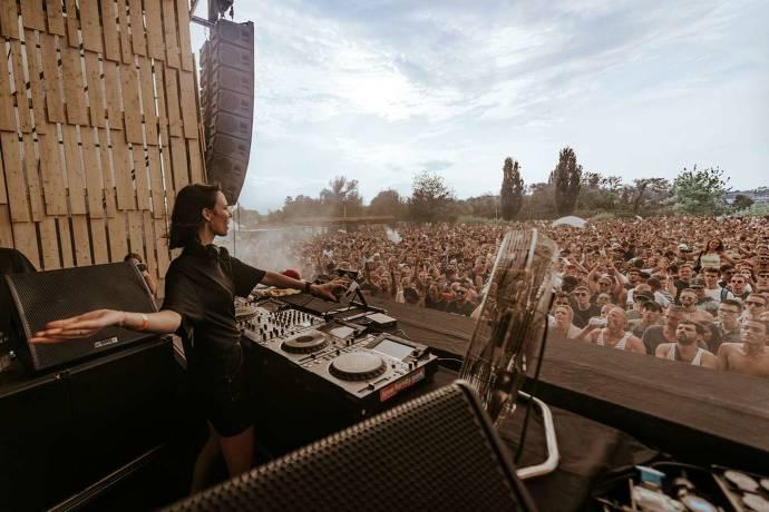 DJ und Bühne