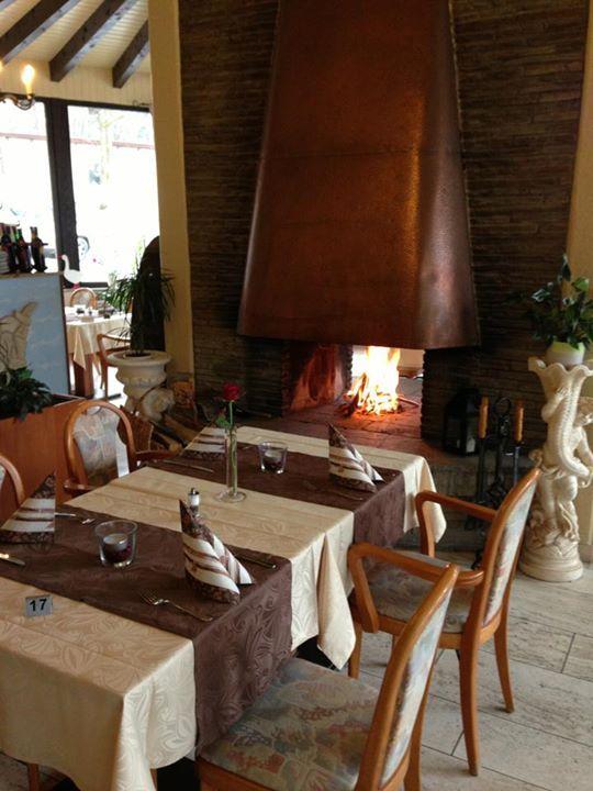 Innenraum, Restaurant, gedeckter Tisch, Kamin