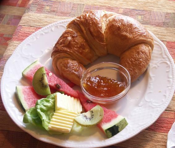 Süßes Frühstück mit Croissant