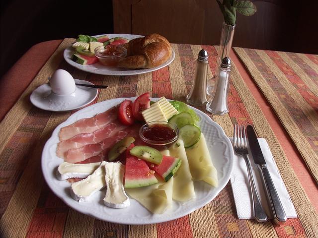 Frühstück mit Wurst und Käse