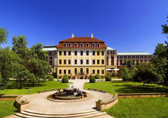 Bilderberg Bellevue Hotel, Außenansicht, Dresden, Gebäude, Grünflächen, Brunnen