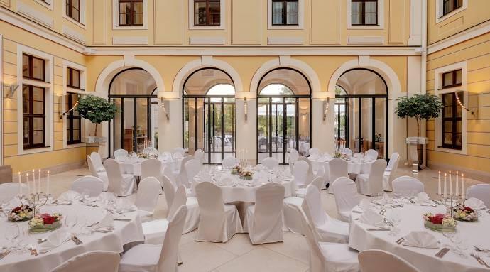 Bilderberg Bellevue Hotel, Innenhof, Tische, Stühle, Eventlocation, Indoor, Tischgedeck