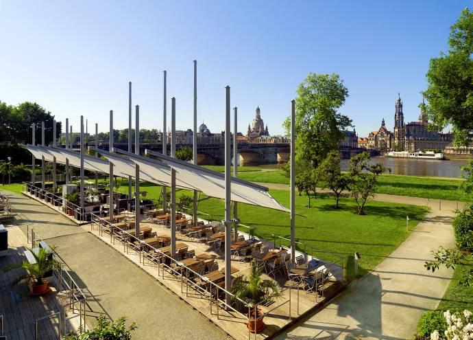 Bilderberg Bellevue Hotel, Elbsegler, Restaurant, Tische, Bänke, Sitzgelegenheit, Wasser, Grünflächen, Dresden, Aussicht, Fluss