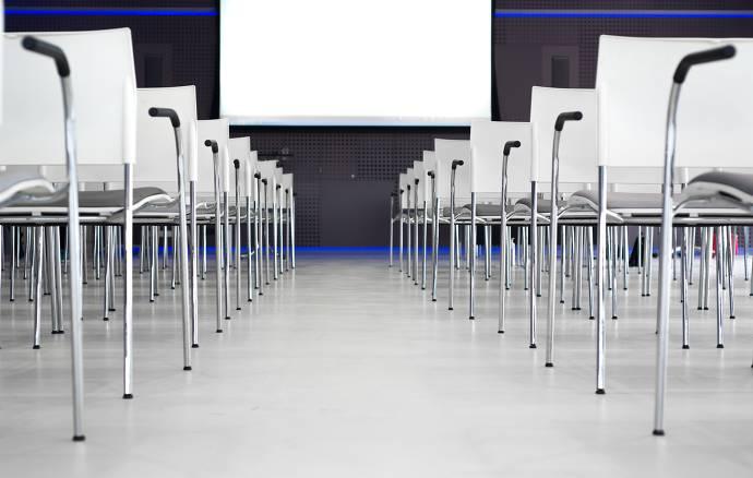 Stühle, Tagungsraum, Leinwand