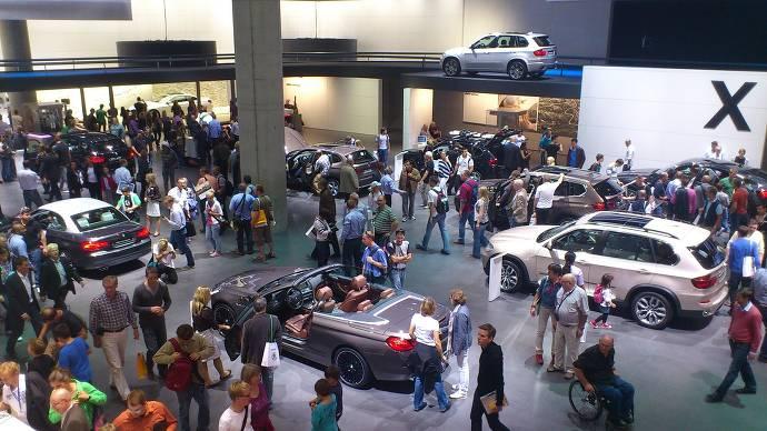 Messehalle, Ausstellung, Besucher, Autos