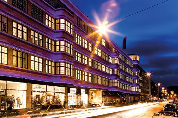 Ellington Hotel in der Nacht