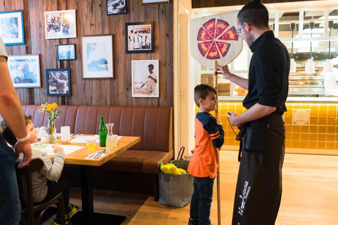 tialini - Junge mit Pizzaschieber