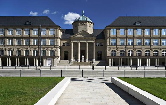 Außenansicht und Eingang des Museums Wiesbaden