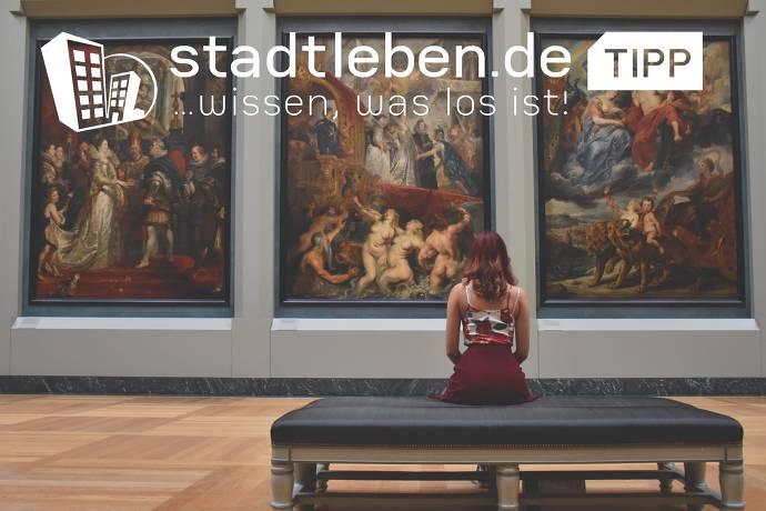 Junge Frau sitzt vor Gemälde, Museum, Besichtigun, Führung