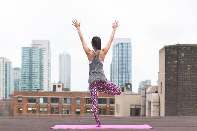 Yoga, Frau auf einem Dach, Skyline, Großstadt