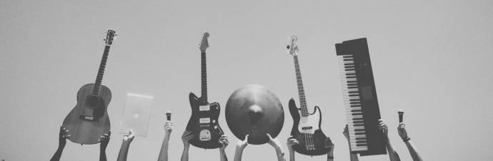 Musikinstrumente, Gitarren, Bass, Keyboard, schwarz-weiß