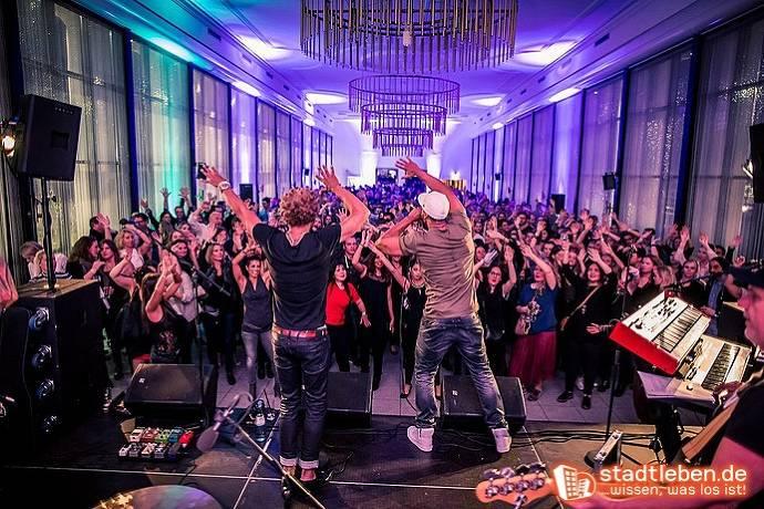 Band auf Bühne, Publikum, Begeisterung, Instrumente