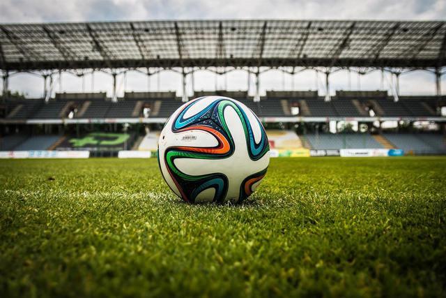 Ball im Stadion auf dem Rasen