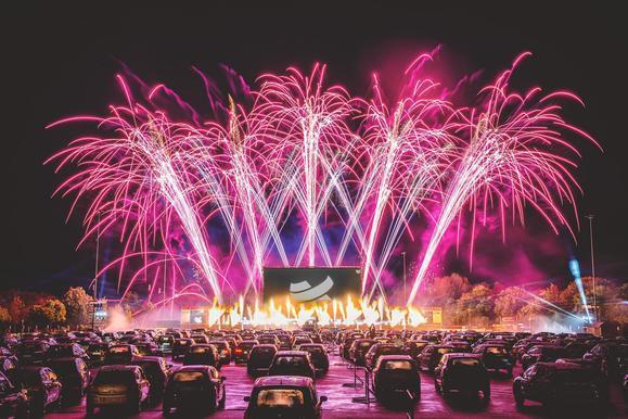 Autokino, Feuerwerk, Bühne, Autos