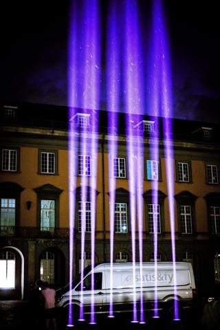 Lichtinstallation vor Gebäude, Transporter