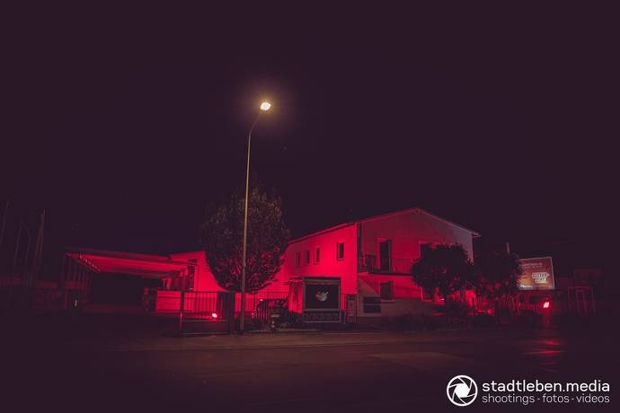 Bürogebäude, rote Beleuchtung