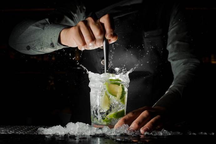 Glas mit Drink, Eins und Limetten