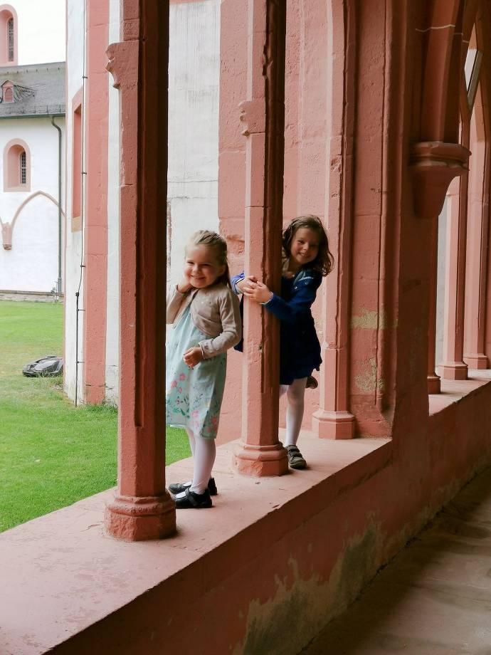 Kinder haben Spaß im Kloster Eberbach