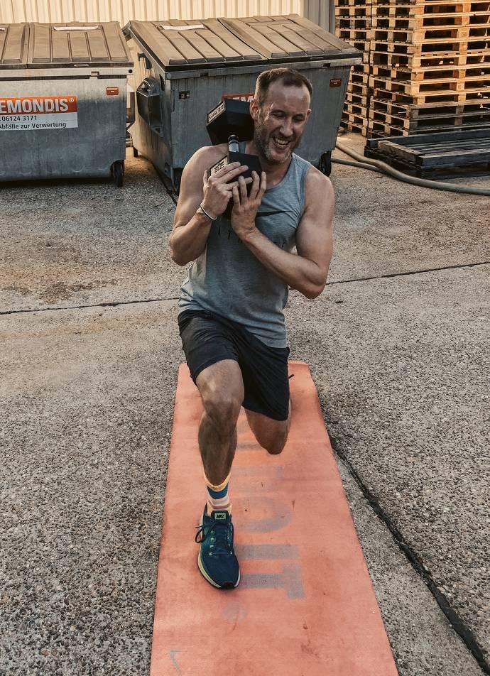 Mann beim trainieren
