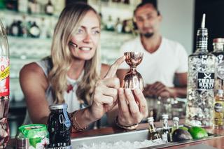 Frau, Mann, Cocktail, alkoholische Getränke, Messbecher, Eiswürfel, Bar