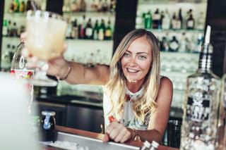 Frau überreicht Cocktail, Bar, alkoholische Getränke