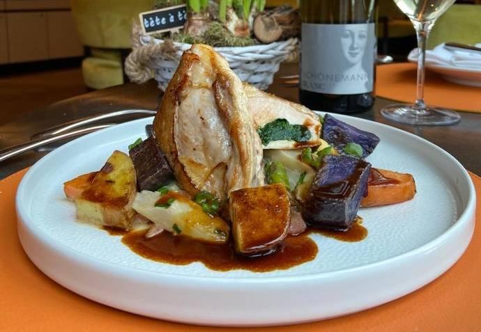 Menü, weißer Teller, Gabel, Besteck, Fleisch, Spargel, bunte Kartoffeln, Bärlauch, Wein