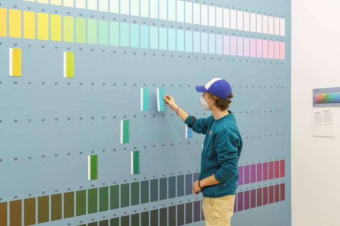 Junge vor Farbwand