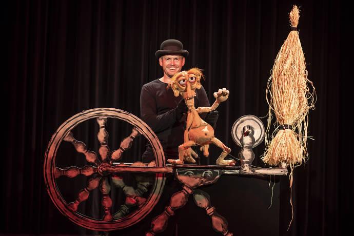 Schauspieler, Bühne, Puppe, Bühnenbild, Spinnrad, Stroh