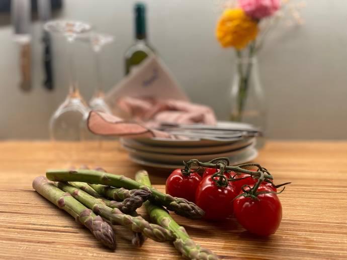 Spargel, Tomatenstracuh, Geschirr und Besteck