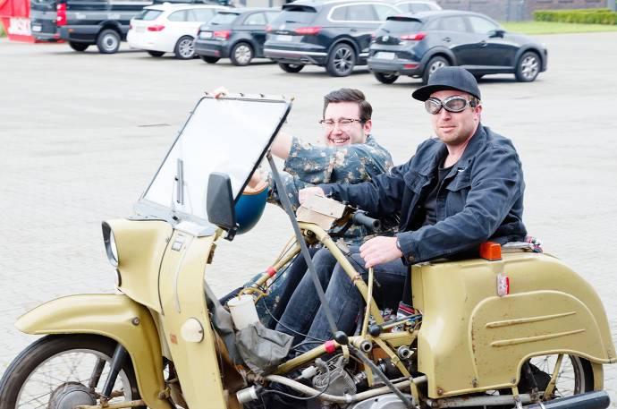 Zwei Männer sitzen auf einem Motorrad