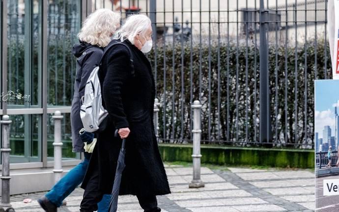 Zwei Personen gehen spazieren