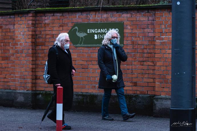 Zwei Personen am Eingang vom Zoo