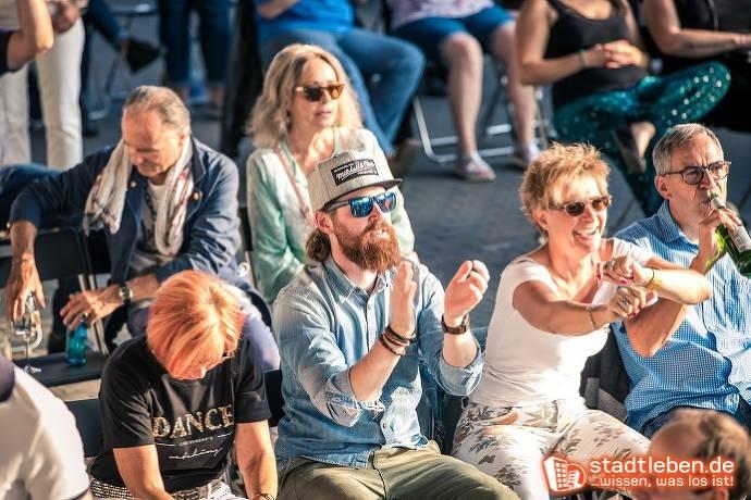 Begeistertes Publikum klatscht und feiert