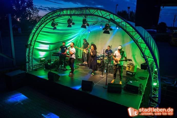 Urban Club Band spielt auf der Bühne