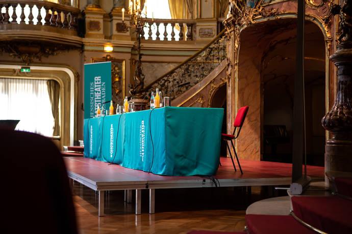Hessisches Staatstheater Wiesbaden, Sehenswürdigkeit, Pressekonferenz, Tisch mit Mikrofonen