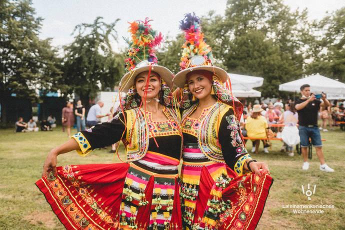 Zwei Frauen in traditioneller Kleidung