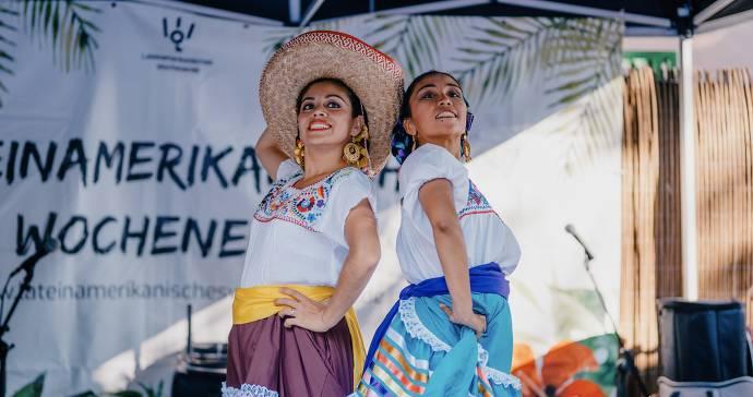 Zwei Frauen in traditionellem Gewand
