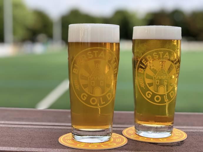 Zwei volle Biergläser
