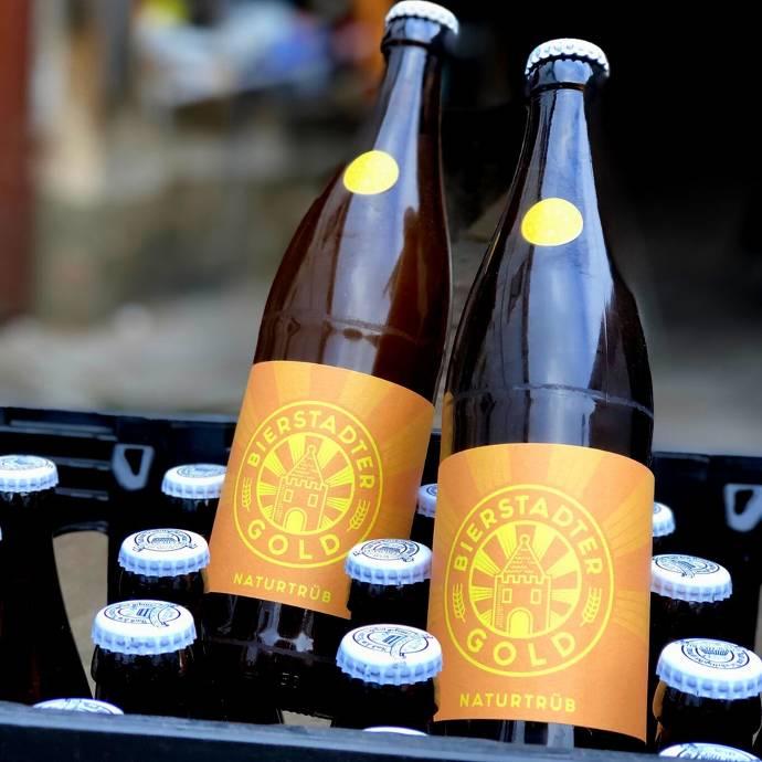 Zwei Bierflaschen auf einem volen Bierkasten