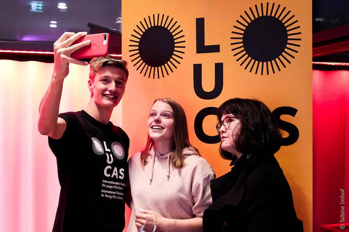 Ein Junde und zwei Mädchen machen ein Selfie