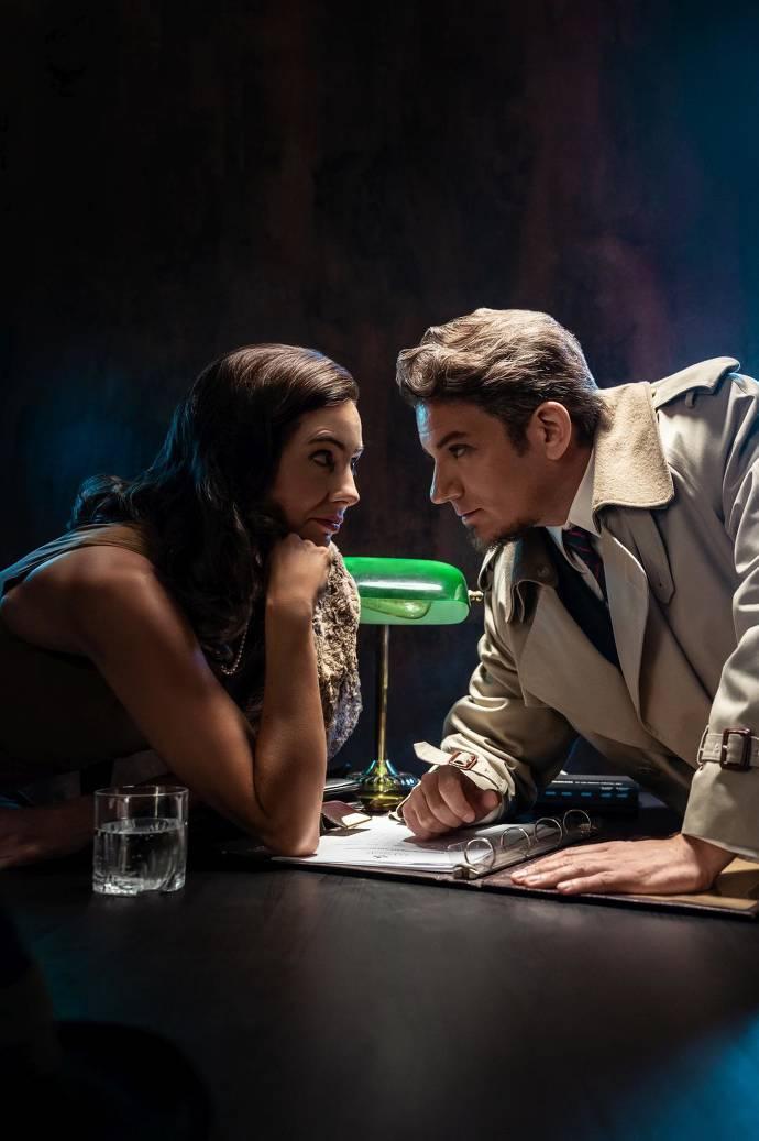 Ein Mann und eine Frau sitzen sich gegenüber