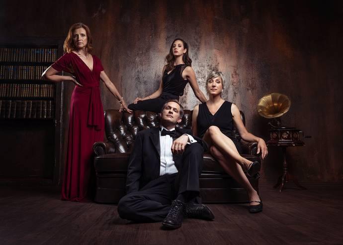 Drei Frauen und ein Mann in Abendgarderobe