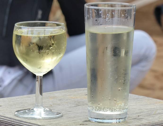 Zwei volle Gläser mit Weißwein