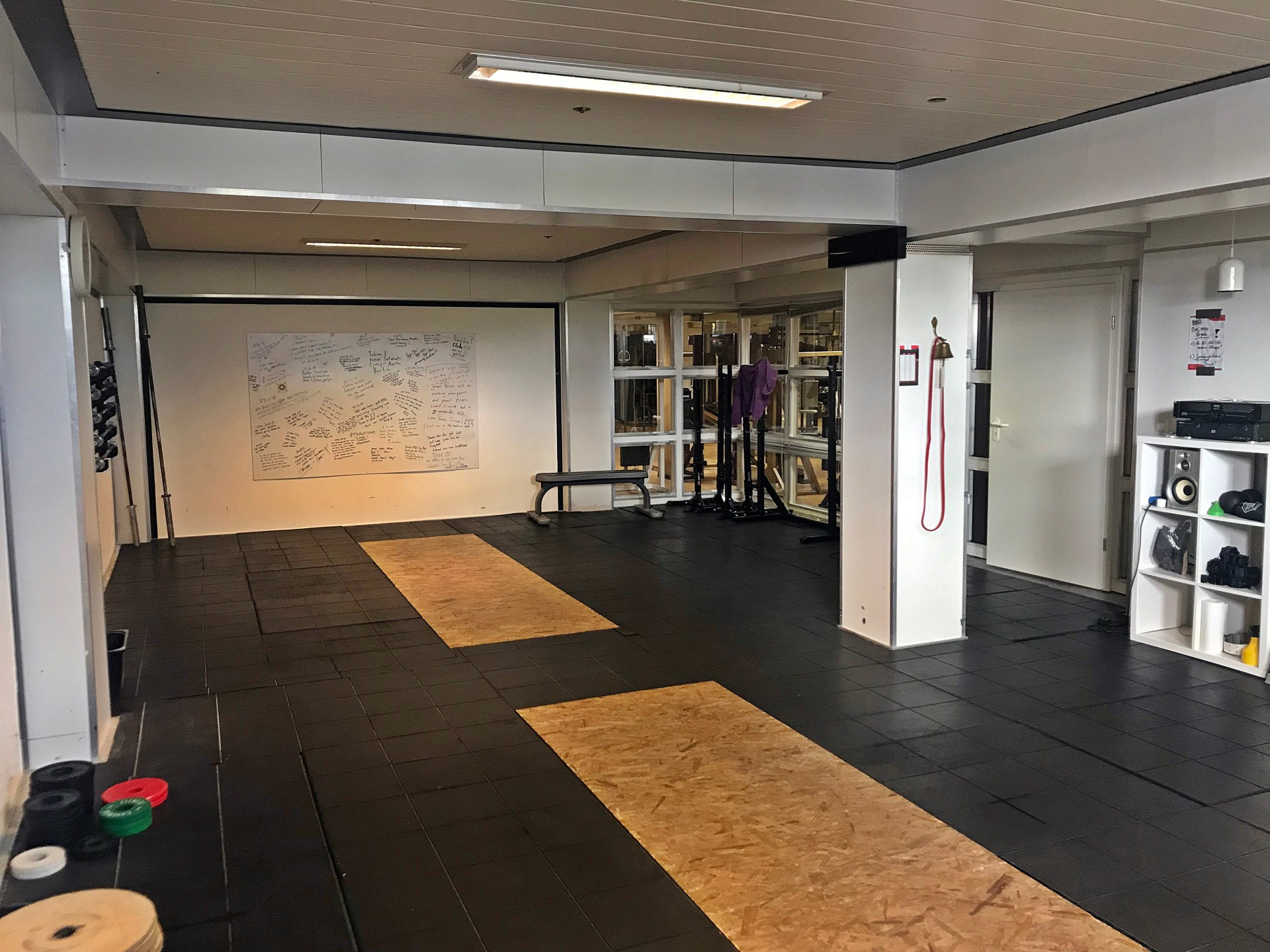 Großer Raum mit Ausstattung zum Weightlifting.