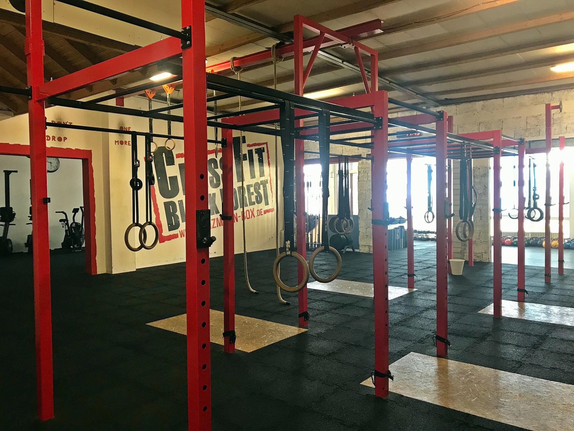 Großer WOD Raum mit Ringen und Seilen zum Trainieren.