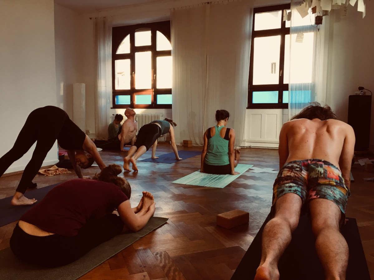 Yoga treibende Menschen in einem hellen, ruhigen Raum.